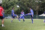 HLV Hữu Thắng có muốn loại thủ môn Phí Minh Long?