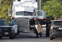 Chiếc xe đầu kéo chứa đầy thi thể trong bãi xe siêu thị