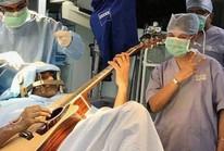 Bệnh nhân vừa phẫu thuật não vừa chơi ghi-ta