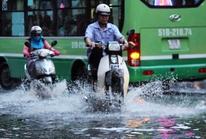 TP HCM: Không mưa, người dân vẫn lội nước đen về nhà