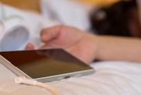 Ngủ với điện thoại dễ vô sinh và u não!