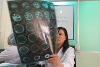 Theo mẹ đi phụ việc nhà, bé gái ngã chấn thương sọ não