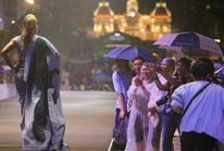 Hàng ngàn người đội mưa xem trình diễn thời trang trên phố đi bộ Nguyễn Huệ.