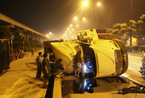 Kinh hãi xe đầu kéo lộn nhào trên xa lộ Hà Nội
