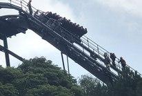 Tàu lượn bị treo ở độ cao 50 m, du khách thót tim