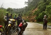 Lở núi đường Hồ Chí Minh, 2 cán bộ bỏ xe chạy