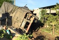 Kinh hoàng xe container lao vào 3 căn nhà