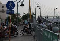 Xe máy chen nhau chạy trên cầu đi bộ