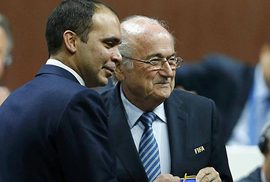 """Ai đủ """"sạch"""" thay Blatter?"""