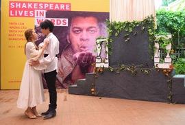Romeo và Juliet hôn nhau trên đường sách