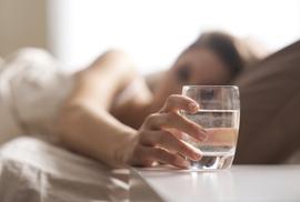 Da trắng sáng nhờ uống một cốc nước lọc ngay khi vừa thức giấc