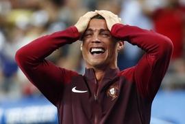 Chùm ảnh Ronaldo 2 lần bật khóc trong trận chung kết