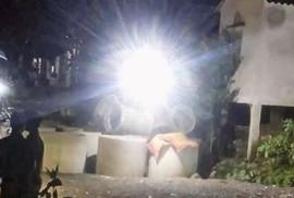 Ống cống bê tông đè lên người, bé trai 12 tuổi tử vong