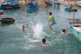 Khánh Hòa dạy bơi đại trà cho học sinh