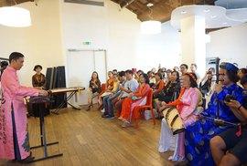 Bàn cách dạy nhạc truyền thống cho giới trẻ người Việt xa xứ