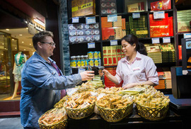Trung Quốc: Mua rau cũng quét mã QR
