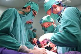 Cứu sống sản phụ chảy máu ồ ạt sau cắt tử cung