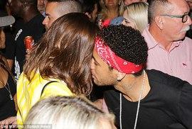"""Brazil đoạt vé, Neymar vui """"thả cửa"""" với người đẹp"""