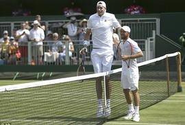 """""""Gã khổng lồ"""" Isner thua tay vợt kém 65 bậc, 35 cm"""