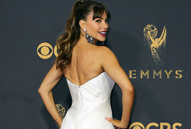 """Sofia Vergara """"đánh cắp"""" hào quang thảm đỏ Emmy"""