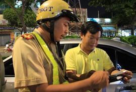 """Trong một giờ, CSGT phải lái xe """"giúp"""" 6 tài xế"""