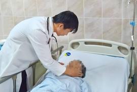 Bít lỗ rò mạch máu cứu bệnh nhân đau đầu dữ dội, mắt lồi