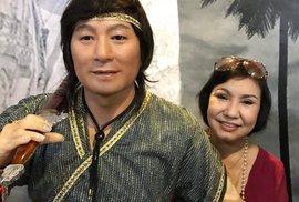 Vợ nghệ sĩ Minh Phụng xúc động nhìn tượng sáp của chồng