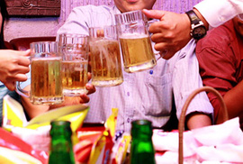 Hiệu trưởng lấy tiền quỹ BHYT học sinh mua bia... ngoại giao