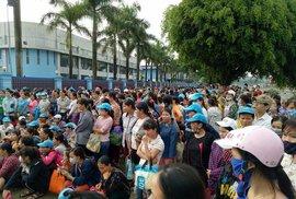 Thanh Hóa: Công nhân vẫn đội mưa ngừng việc