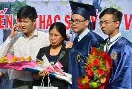 Nước mắt mẹ rơi trong lễ nhận bằng tốt nghiệp cho con đã mất