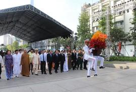 Ông Lê Thanh Hải cùng lãnh đạo TP HCM dâng hương Bác Hồ