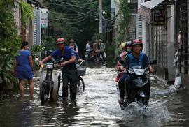 Cứu hẻm ngập 3 ngày liên tục chưa rút ở Sài Gòn