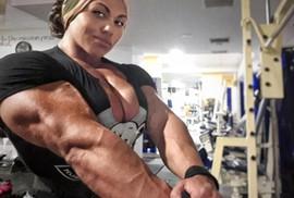 Choáng với cơ bắp của nữ lực sĩ nặng 90 kg