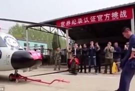 """Võ sư dùng """"chỗ hiểm"""" kéo trực thăng quân sự hạng nặng"""