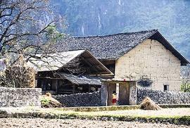 Cúi đầu bái phục kiến trúc nhà cổ của người Mông