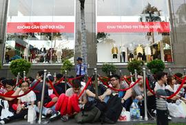Vì sao người Việt chờ 15 tiếng mua áo H&M 700.000 đồng vẫn khen rẻ?