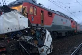 """Nga: Tàu lửa """"xé toạc"""" xe buýt, 19 người chết"""