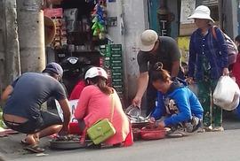 Mối lo thực phẩm bẩn từ các chợ tạm phục vụ công nhân