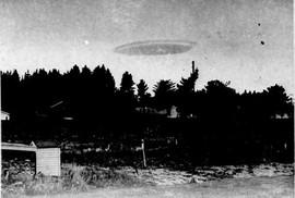 """Bức ảnh về UFO tại New Zealand mang tên """"Mùa đông năm 1951"""". Nhiều người tin rằng đó là đĩa bay nhưng USAF cho rằng chỉ là đám mây dạng thấu kính Ảnh: DAILY MAIL"""