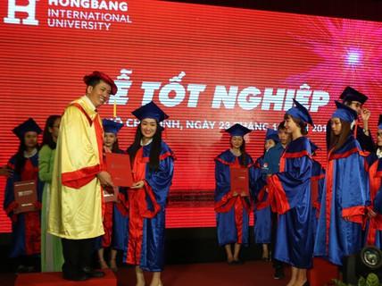 Trường ĐH Quốc tế Hồng Bàng trao bằng tốt nghiệp cho gần 1.600 sinh viên, học viên cao học
