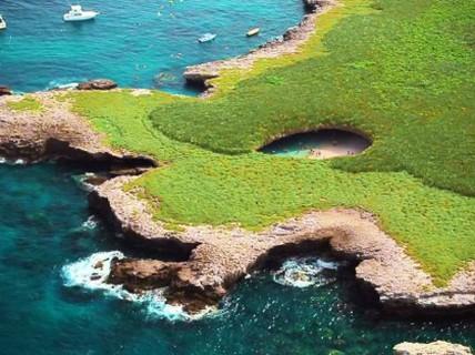 Bãi biển bí mật trong lòng vách đá