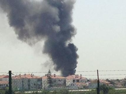 Máy bay lao trúng xe tải, 5 người thiệt mạng
