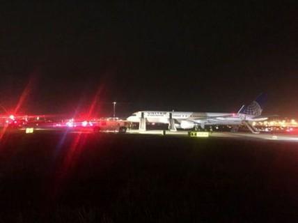 Mỹ: Máy bay cháy động cơ, sân bay tạm ngừng hoạt động