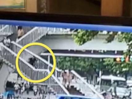 Chết thảm vì sử dụng điện thoại khi đi cầu thang