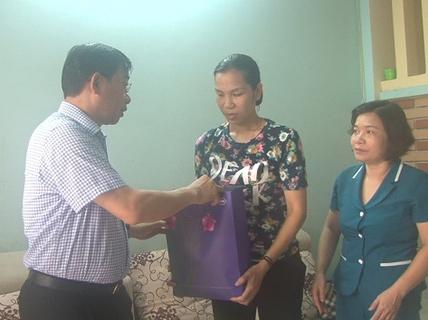 Đi chống dịch sốt xuất huyết, nữ cán bộ y tế bị đánh rách miệng