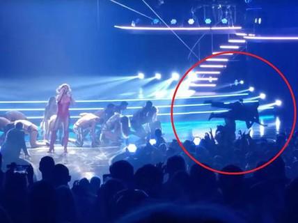 """Britney Spears kinh hoàng khi """"fan cuồng"""" lao lên sân khấu"""