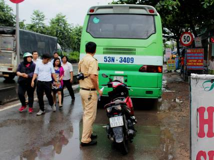 Xe buýt cán chết cô gái 21 tuổi gần trường ĐH Nông Lâm