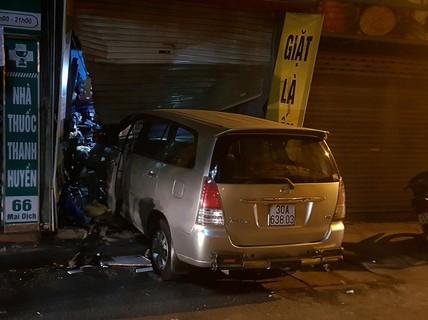 Lạ kỳ xế hộp cố tình tông liên tiếp vào cửa hàng trên phố