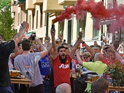 """M.U - Ajax: Fan """"quỷ đỏ"""" quậy tưng trước giờ G"""