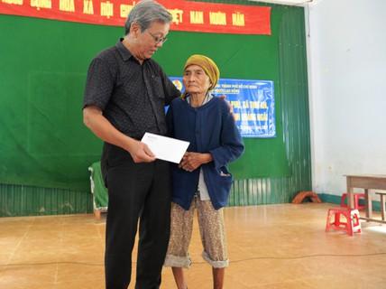 Báo Người Lao Động vượt đò đến với người dân vùng lũ Quảng Ngãi